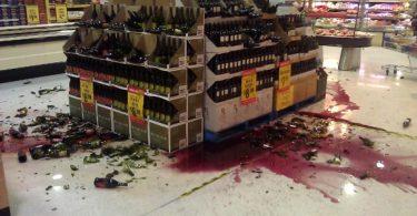 Паника: разбили товар или опрокинули стойку в супермаркете?